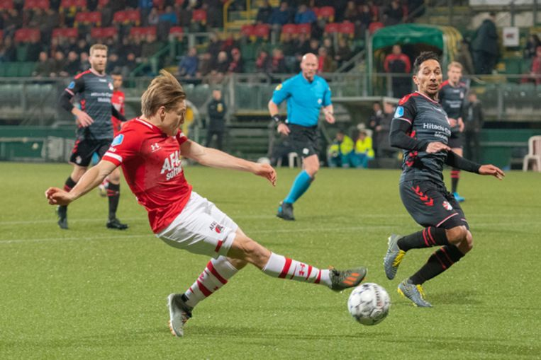 AZ-back Jonas Svensson zet voor. FC Emmen verdediger Tom Hiariej verdedigt.  Beeld