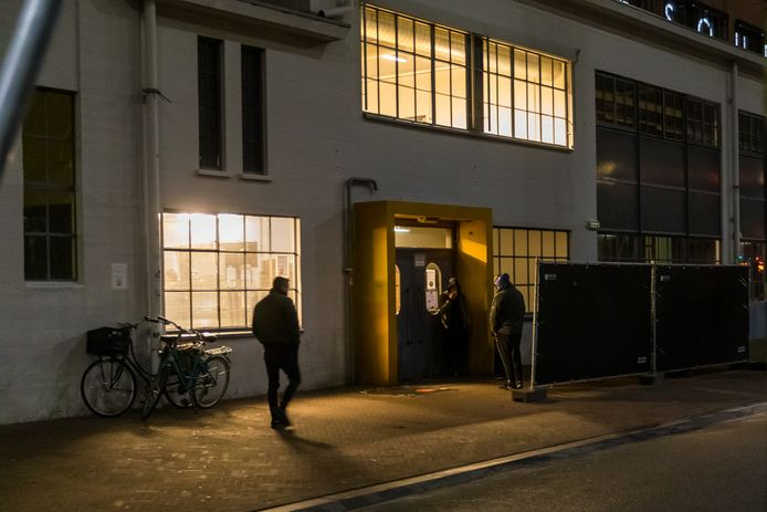 De ingang van de tijdelijke daklozenopvang in het Klokgebouw.