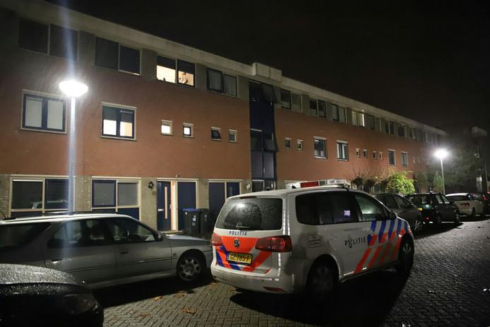De politie doet nachtelijk onderzoek  op de Pimpernel in Tiel.