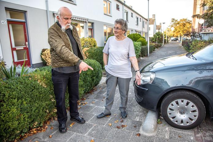Co en Janny Bruggemans bij de 'varkensrug' in de Vincent Lübeckstraat in Zwolle.  Ondanks een uitgebreide correspondentie met de gemeente en de woningcorporatie blijft hun stoepje (vooralsnog) onbereikbaar voor hulpdiensten.