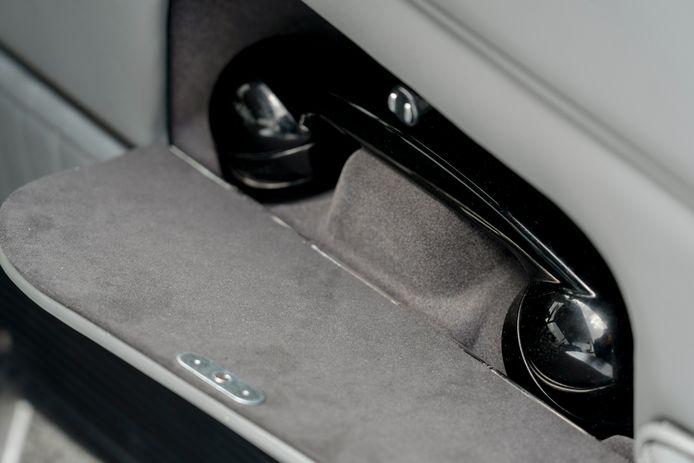 Aston Martin DB5 met James Bond-accessoires in de 2020-versie