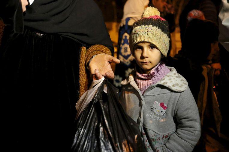 Een meisje wacht met haar familie om geëvacueerd te worden uit Madaya. Beeld reuters