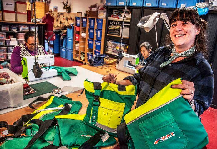 Marieke Drijver showt tassen die nog over zijn in atelier Verhip!