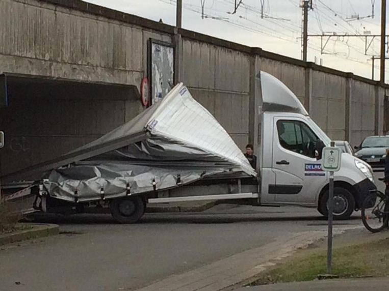 Een verhuiswagen is blijven haperen onder de doorgang onder de spoorweg.