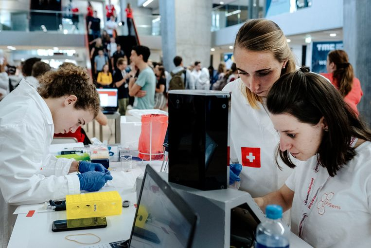 Studenten uit verschillende landen strijden aan de TU Eindhoven voor de beste biosensor. Beeld Merlin Daleman