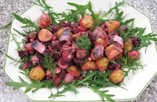 Zweedse **haringsalade** met nieuwe aardappels, bietjes, dille en honing-mosterddressing