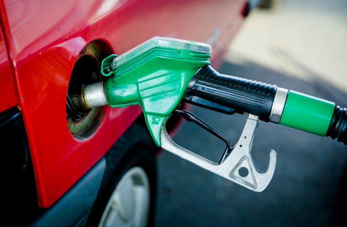Benzine tanken. Foto ter illustratie.