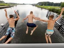 Beveiliger bij brug om springer te wijzen op 'levensgevaarlijke' sprong