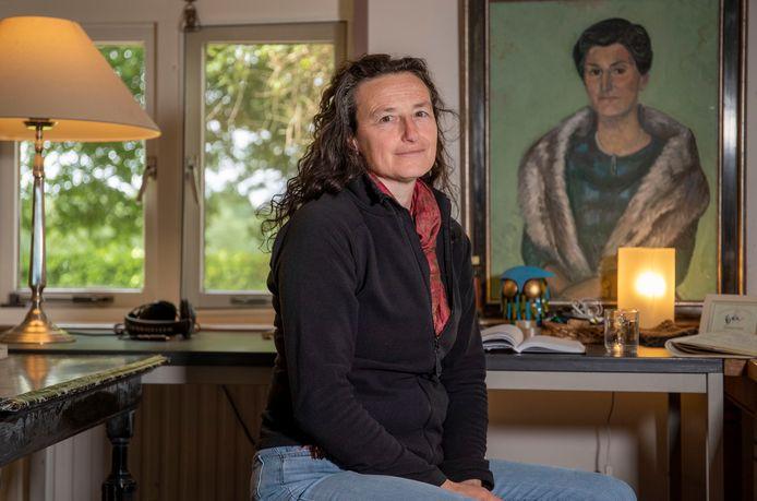 Ernestine Hoegen.  ,,Mijn boek 'Een strijdbaar bestaan' beschrijft het leven, werk en huwelijk van Mieke Bouman, een intelligente, intrigerende en complexe vrouw''