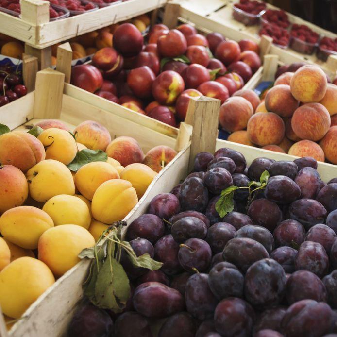 Steenvruchten zoals perziken worden het hele jaar geïmporteerd maar soms ook lokaal geoogst.
