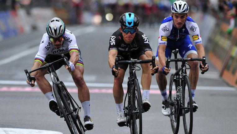 Sagan, Kwiatowski en Alaphilippe passeren de finishlijn. Beeld ap