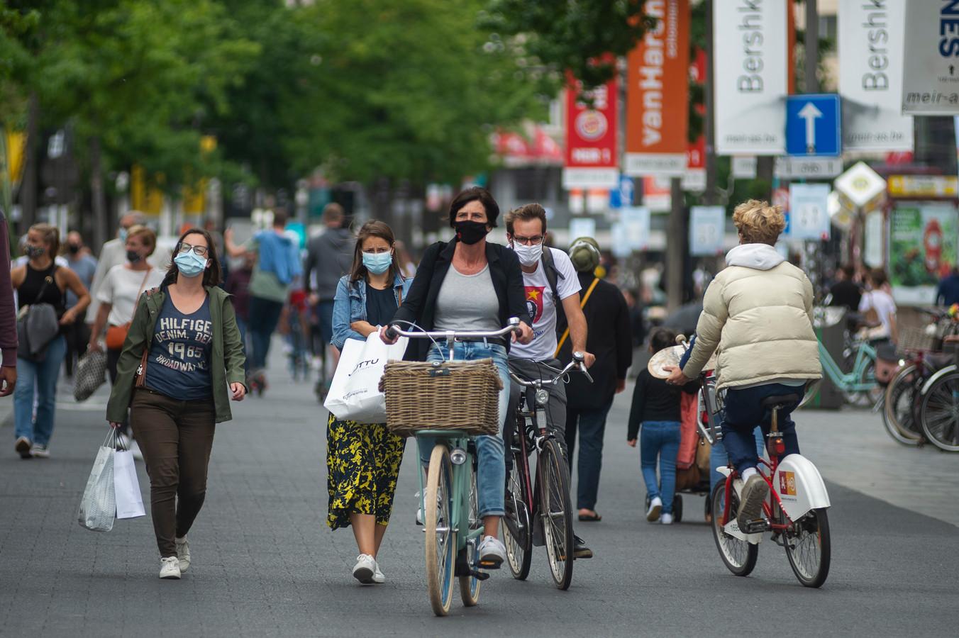 Mensen met mondmasker op de drukke Meir in Antwerpen.