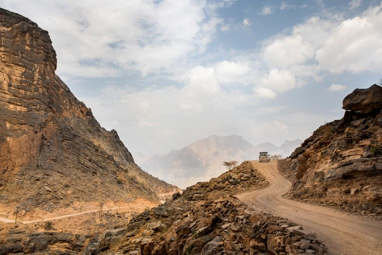 De smalle weggetjes door de Wadi Bani Awf zijn niet voor bangeriken.  Beeld null