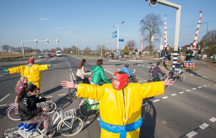 Een protestactie in 2015 tegen de gevaarlijke oversteekplaats bij de N233. Er komt een fietstunnel maar in Achterberg willen ze ook graag een autotunnel of een andere vorm van een ongelijkvloerse kruising.