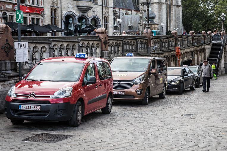 Gentse taxi's netjes aan de standplaats aan de Sint-Michielshelling. Vanaf januari zouden hun klanten weggekaapt mogen worden door gelijk welke 'straattaxi'.