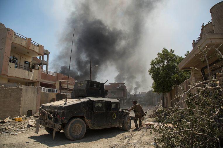 Leden van het Iraakse leger patrouilleren in Mosoel.