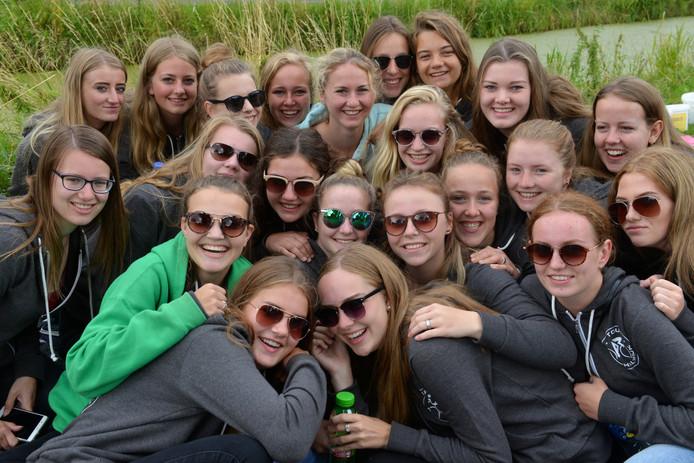 De meiden van de Commissie Beheer & Opvang van de Tour de Schalkwijk. In het groen: Esmée van Schaik.