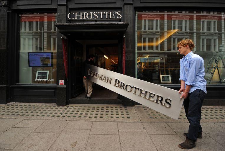 Een bord met 'Lehman Brothers' werd in 2010 geveild bij Christies, samen met kunstwerken die in bezit waren van de failliete bank. De opbrengsten van de veilingen werden gebruikt om de schuldeisers te betalen. Beeld AFP