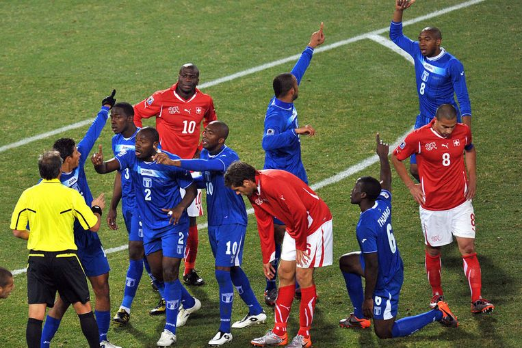 Spelers reageren op een beslissing van de scheidsrechter. (EPA) Beeld null
