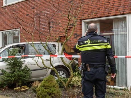 Auto rijdt tegen huis in Bavel, muur flink ontzet