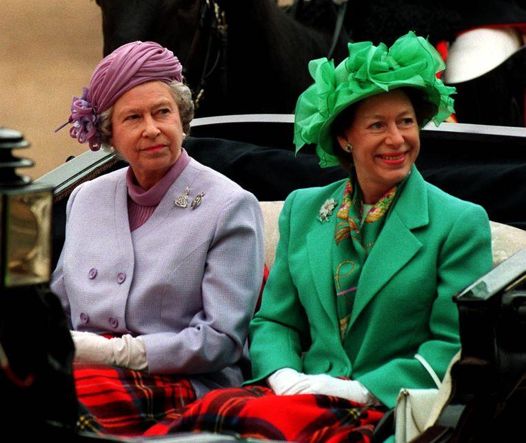Queen Elizabeth II en haar zus, prinses Margaret, in mei 1993.