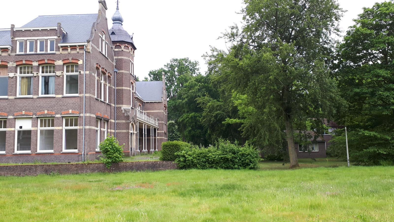 Villa Milla de Campen moet meer in het zicht komen te staan. De bebouwing rechts verdwijnt.