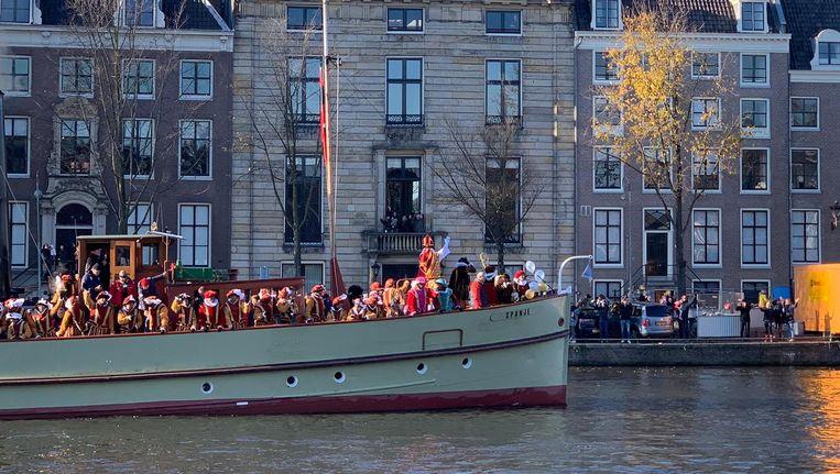Sinterklaas komt aan met de boot in Amsterdam. Beeld Michiel Alkemade