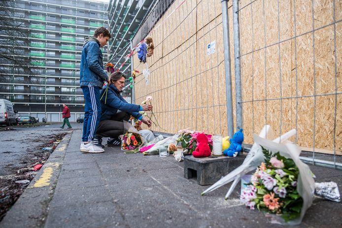Bloemen, knuffels en kaarsen bij de flat aan het Gelderseplein in Arnhem.