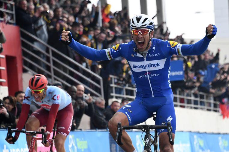 Philippe Gilbert (rechts), versloeg de Duitser Nils Politt (links) na een korte sprint op de wielerbaan van Roubaix.  Beeld AFP
