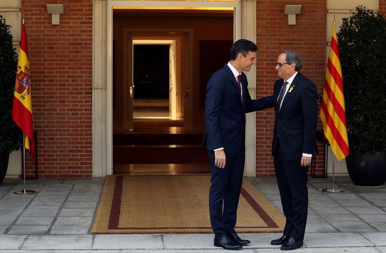 De Spaanse premier Sánchez (links) met de Catalaanse regiopremier Quim Torra.  Beeld EPA