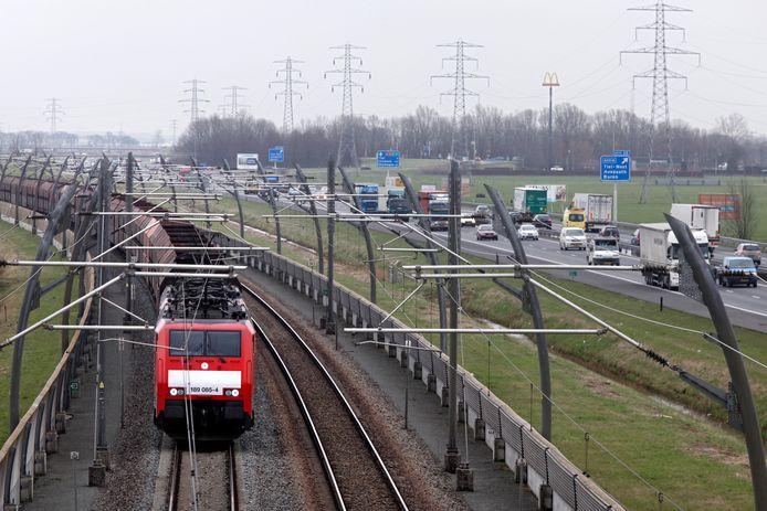 Maart 2012: De A15 met de betuweroute ernaast.