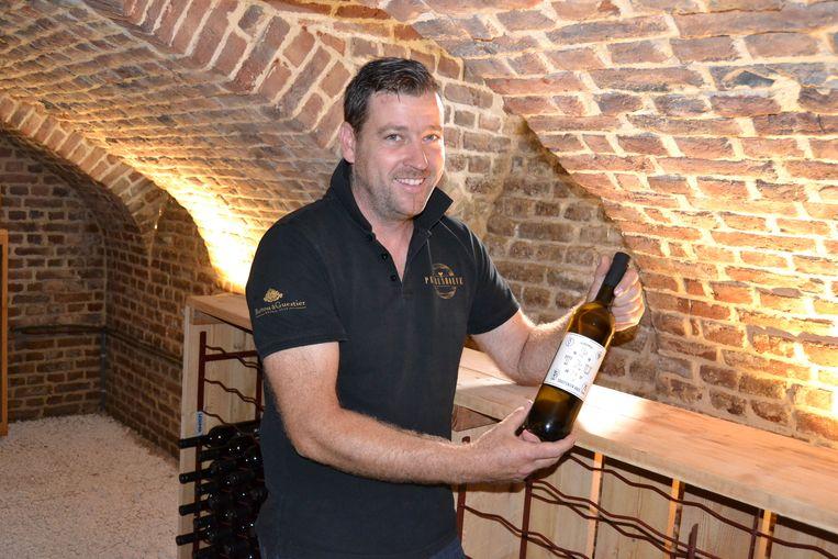 Gerry Calders met een wijnfles.