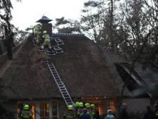 Brandweer rukt massaal uit vanwege brand in woning met rieten kap in Voorthuizen