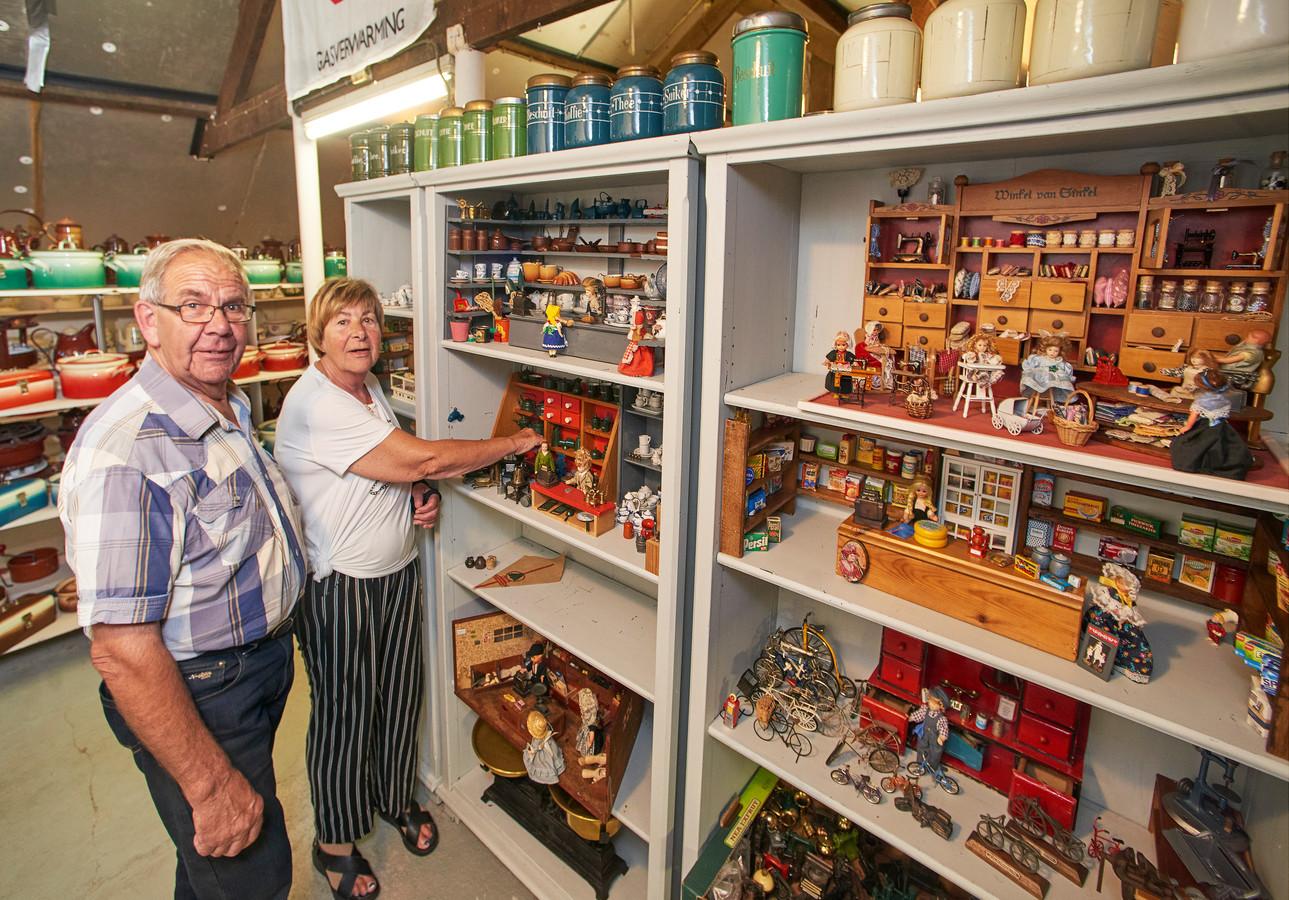 Wim van Heeswijk en Mieke van Duijnhoven bij hun vitrines met mini-winkeltjes uit Erp.