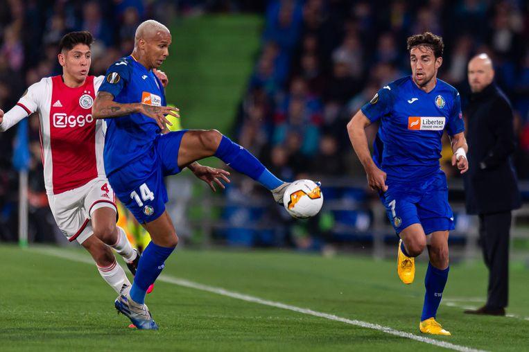 Edson Alvarez van Ajax in duel met Deyverson. Rechts Jaime Mata. Beeld null