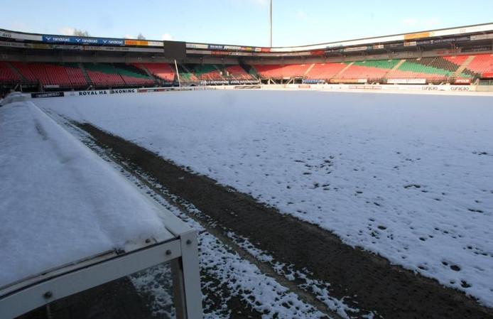 Het besneeuwde veld van het Goffertstadion. foto Do Visser/De Gelderlander