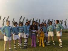 WeerZien: Wie herkent de spelers van dit Tilburgse voetbalteam?