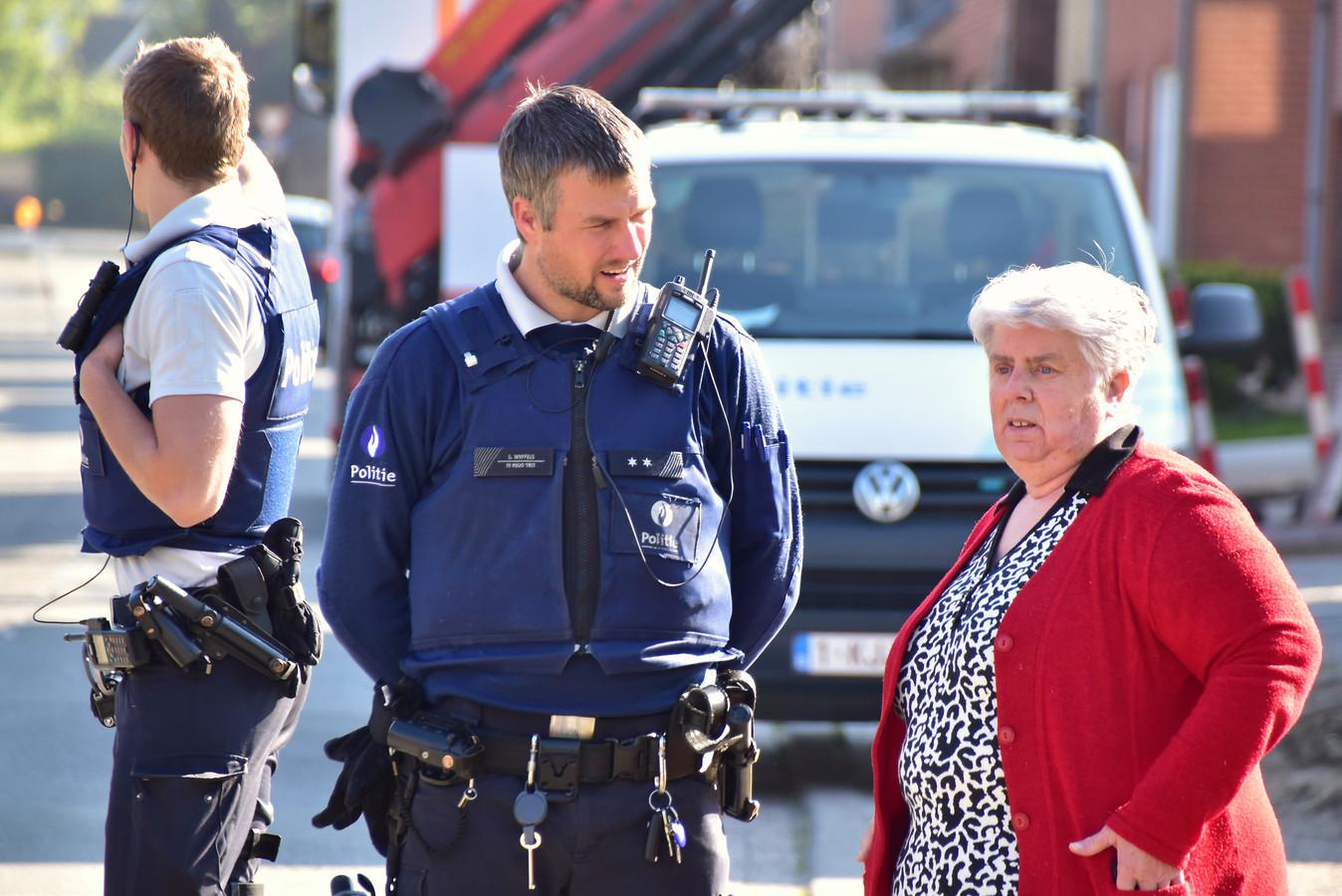 Bewoonster Lea Serry in gesprek met een politieman.