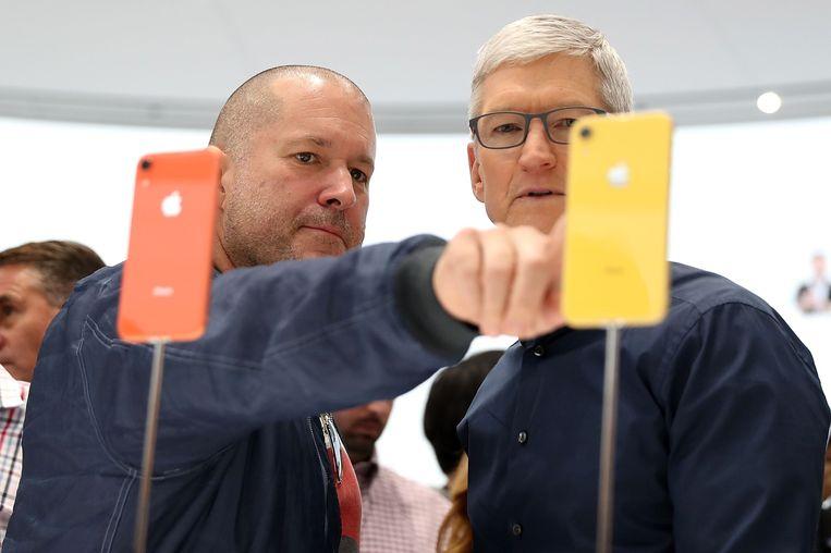 Jony Ive (L) en Apple CEO Tim Cook bekijken de iPhone XR.