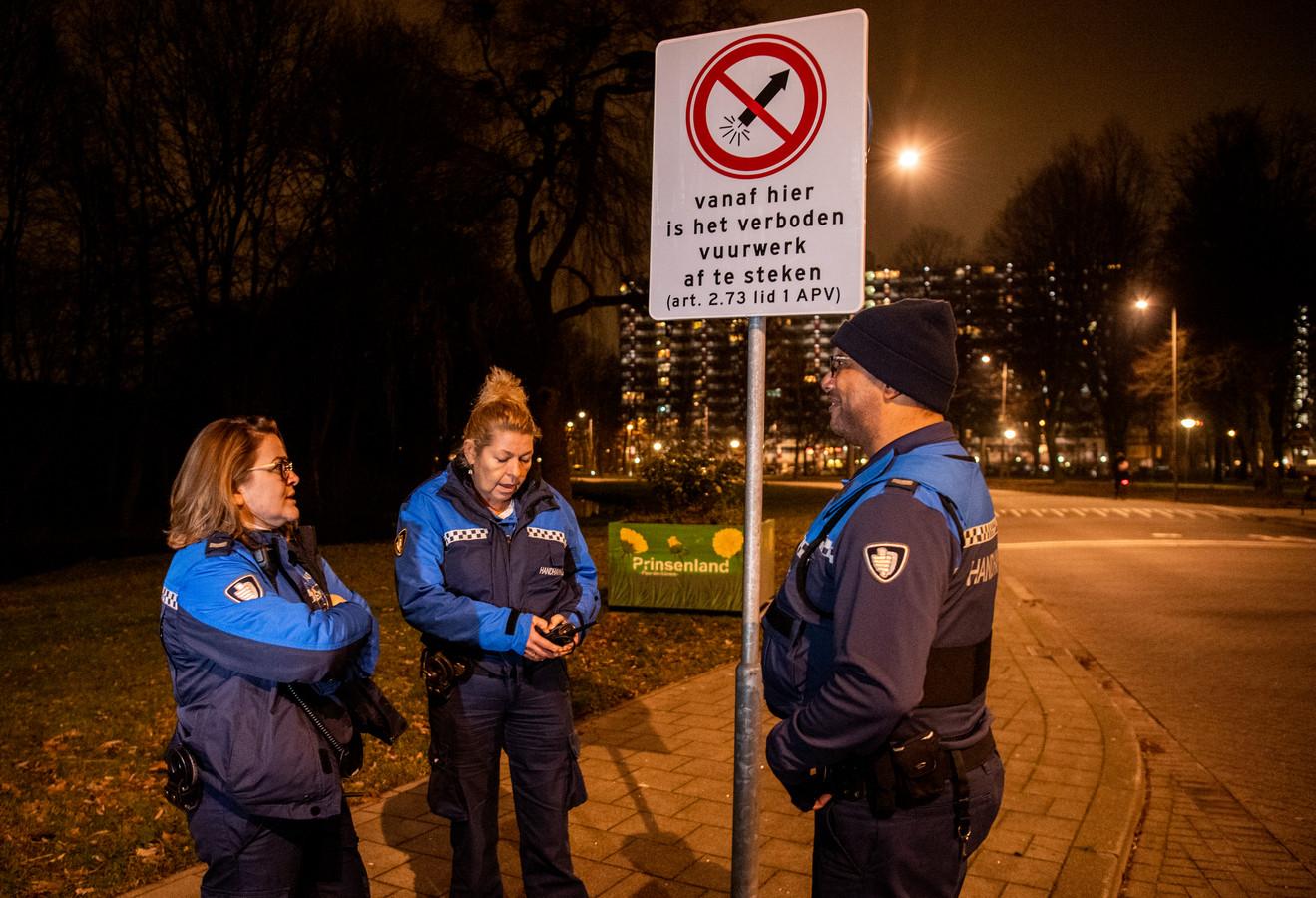 Sermin Guler, Shearron Martina en Erica van Laren in de vuurwerkvrije zone in Rotterdam Prinsenland.