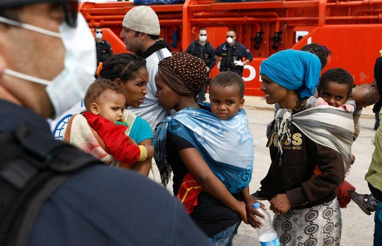 Migranten in de haven van Augusta op Sicilië.