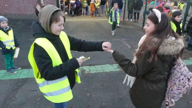Leerlingen DRIESsprong moedigen elkaar aan om op te vallen in het verkeer