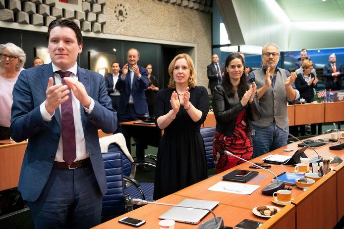 Staande ovatie voor Van de Donk in de Statenzaal. In het donkerblauw Suzanne Otters, VVD-fractieleider en voorzitter van de vertrouwenscommissie die een opvolger gaat zoeken.