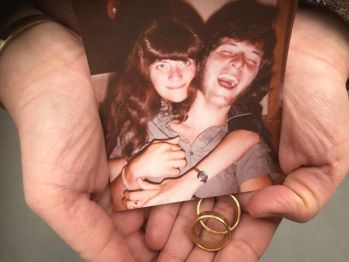 De dochter van de vermiste Theo van den Oetelaar uit Oosterhout bewaart een jeugdfoto van hem en haar overleden moeder, samen met twee tastbare herinneringen: hun trouwringen.
