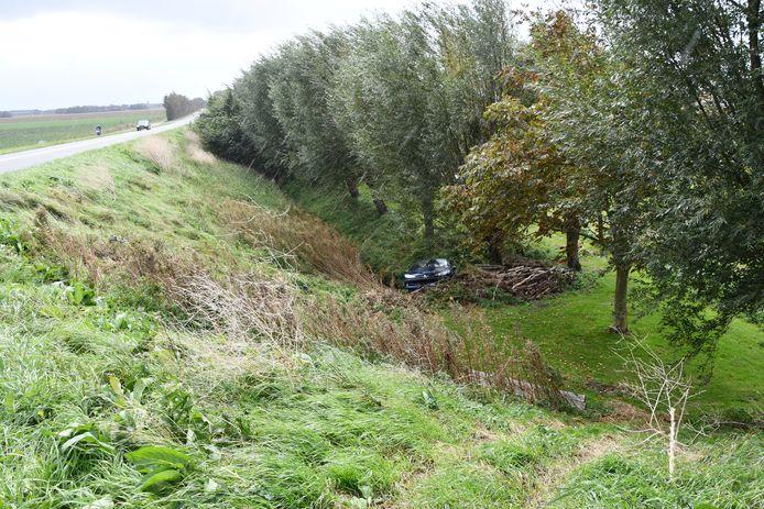 Bij een aanrijding tussen twee voertuigen is in Dreischor een auto naast de dijk beland.