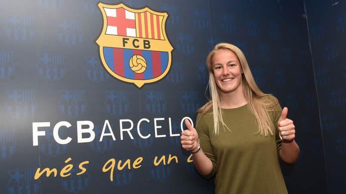 Stefanie van der Gragt voor het logo van haar nieuwe club.