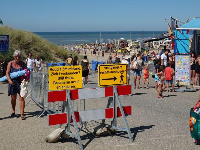 Bij de opgang van het  Wassenaarse strand worden met borden de maatregelen nog eens duidelijk gemaakt.