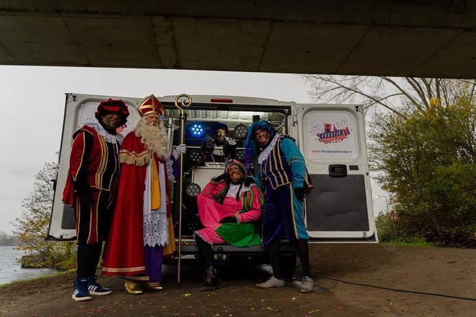 Sint en zijn Pieten komen dit jaar langs met een busje en maken er op de stoep een feestje van.
