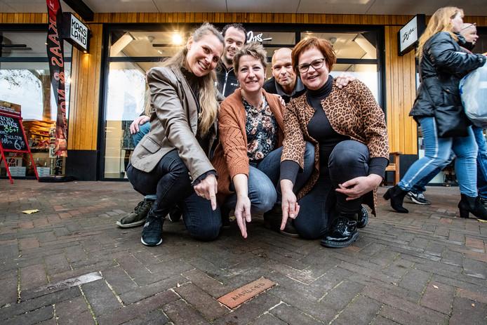 Vijf van de ruim zeventig ondernemers op Colmschate met een eigen steen. Vlnr Lobke Bulder, Stephan Zanting, Marloes Hoetink, Michel van Lambalgen en Diana Dokter.