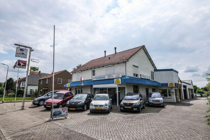 Op deze plek aan de Sint Janstraat in Keijenborg, waar autogarage Kemp ermee stopt wegens gebrek aan bedrijfsopvolging, moeten huizen gebouwd gaan worden.